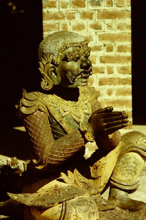 mandalay-statue-praying